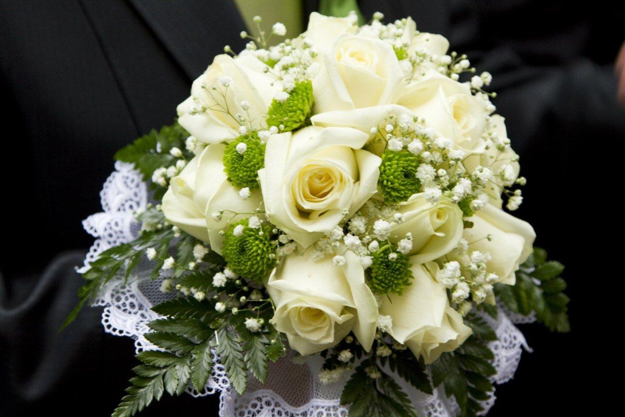 Очень красивый свадебный букет роз