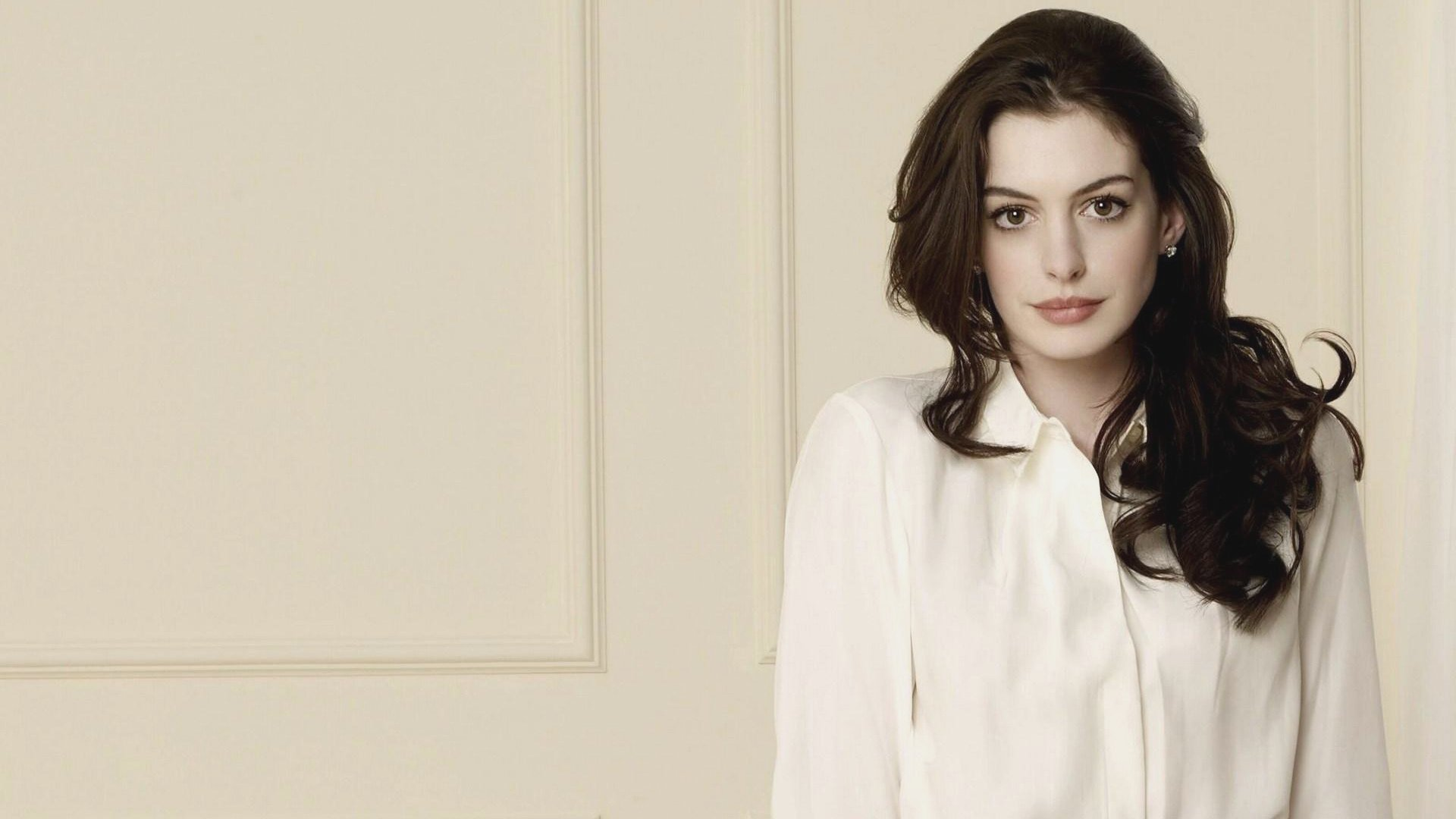 who is anne hathaway dating