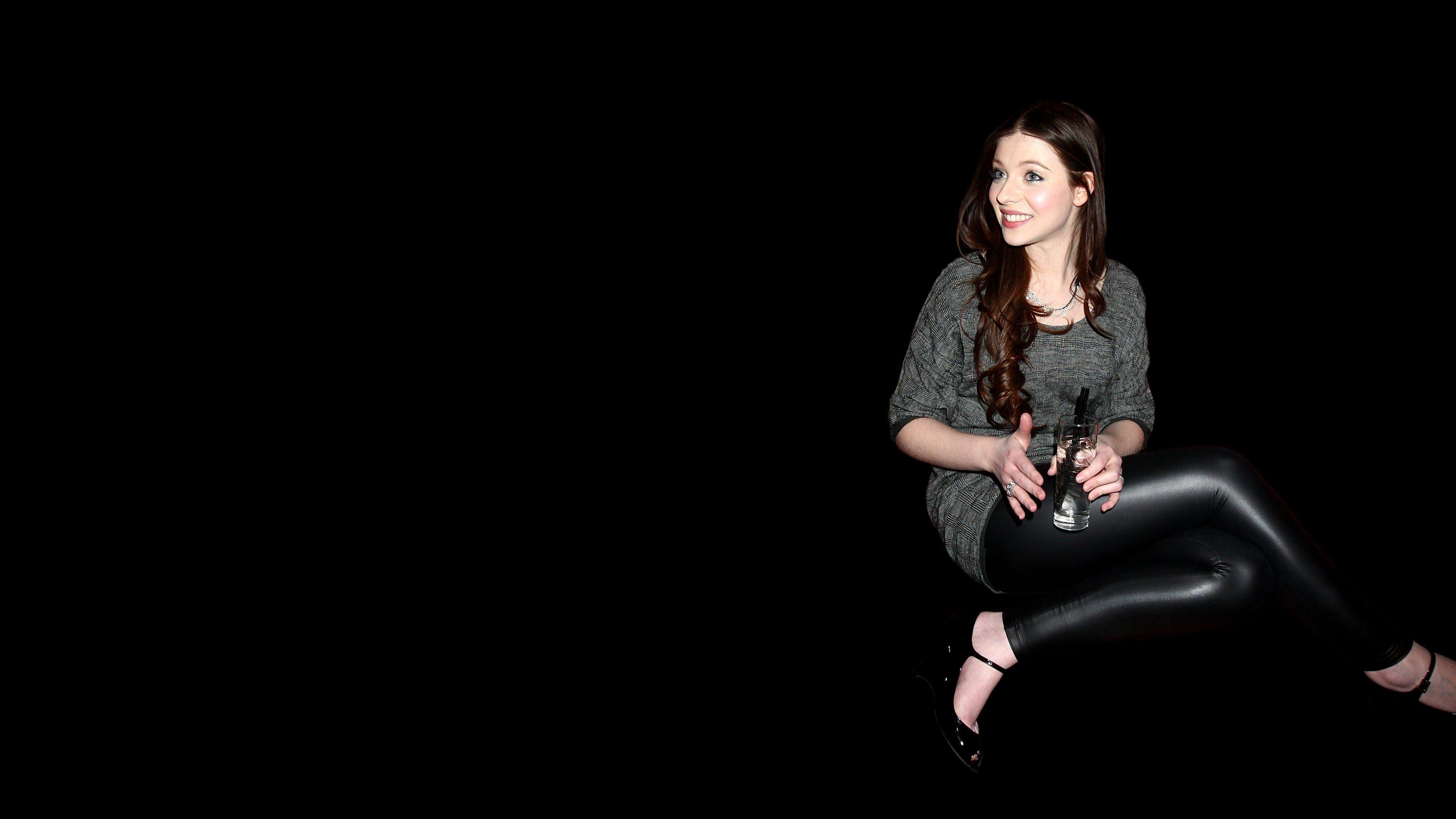 Картинка девушки на темном фоне